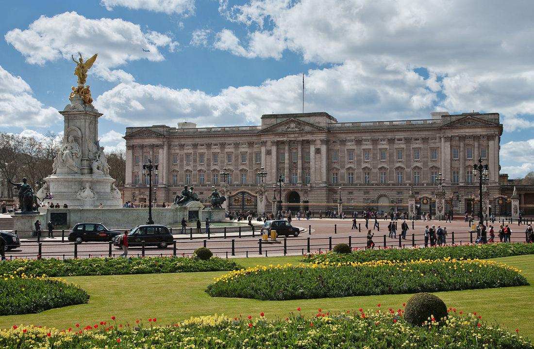 1920px Buckingham Palace London April 2009
